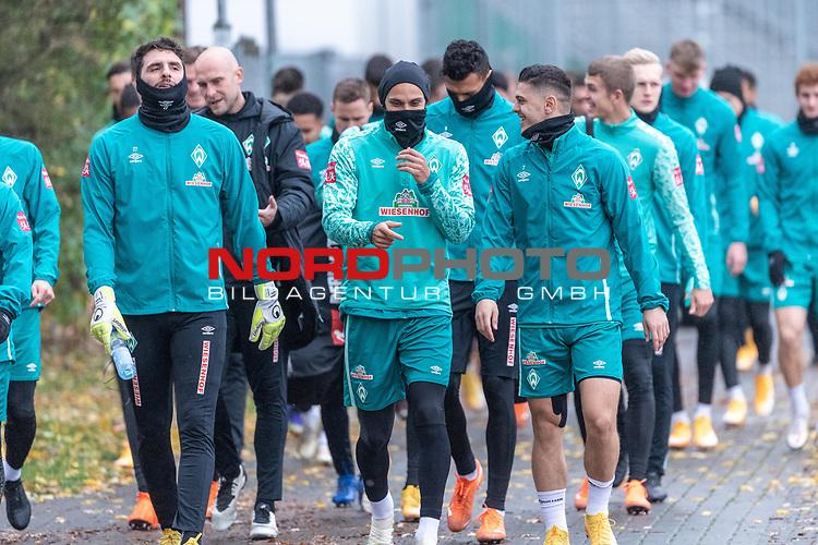 17.11.2020, Trainingsgelaende am wohninvest WESERSTADION - Platz 12, Bremen, GER, 1.FBL, Werder Bremen Training<br /> <br /> <br /> Die Spieler kommen am Dienstag morgen zum Training<br /> <br /> Stefanos Kapino (Werder Bremen #27)<br /> Christian Vander (Torwart-Trainer SV Werder Bremen)<br /> Ömer / Oemer Toprak (Werder Bremen #21)<br /> Milot Rashica (Werder Bremen #07)<br /> <br /> <br /> <br /> Foto © nordphoto / Kokenge