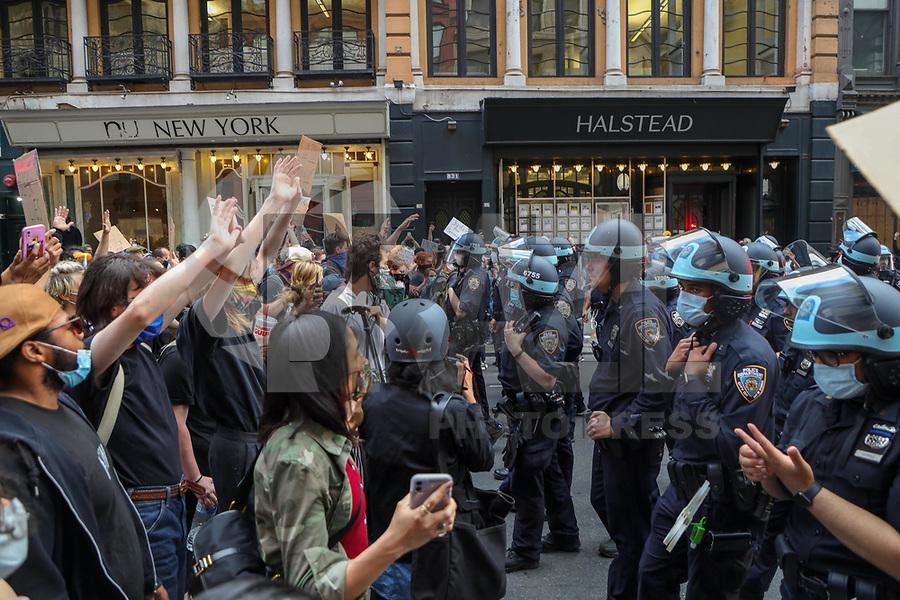 NOVA YORK, EUA, 02.06.2020 - PROTESTO-EUA - Manifestantes durante protesto  na região da Union Square na cidade de  Nova York nos Estados Unidos nesta terça-feira, 02. Protestos em todo o país foram motivados depois da morte de George Floyd no dia 25 de maio, após de ser asfixiado por 8 minutos e 46 segundos pelo policial branco Derek Chauvin em Minneapolis, no estado de Minnesota.(Foto: William Volcov/Brazil Photo Press/Folhapress)
