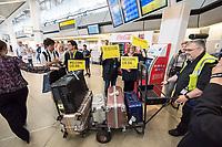 China hat am Dienstag den 10. Juli 2018 die Witwe von Friedensnobel-Preistraeger und Schriftsteller Liu Xianbin freigelassen. Liu Xia stand seit 2010 unter Hausarrest und flog noch am Tag ihrer Freilassung nach Deutschland.<br /> Am Flughafen in Berlin Tegel warteten dutzende Journalisten und einige Mitglieder der Menschenrechtsorganisation Amnesty International auf Liu Xia. Sie wurde jedoch ueber den nichtoeffentlichen Teil des Flughafens abgeholt.<br /> Im Bild: Mitarbeiter des Flughafens bringen vermutlich das Gepaeck von Liu Xia aus dem Flughafen.<br /> 10.7.2018, Berlin<br /> Copyright: Christian-Ditsch.de<br /> [Inhaltsveraendernde Manipulation des Fotos nur nach ausdruecklicher Genehmigung des Fotografen. Vereinbarungen ueber Abtretung von Persoenlichkeitsrechten/Model Release der abgebildeten Person/Personen liegen nicht vor. NO MODEL RELEASE! Nur fuer Redaktionelle Zwecke. Don't publish without copyright Christian-Ditsch.de, Veroeffentlichung nur mit Fotografennennung, sowie gegen Honorar, MwSt. und Beleg. Konto: I N G - D i B a, IBAN DE58500105175400192269, BIC INGDDEFFXXX, Kontakt: post@christian-ditsch.de<br /> Bei der Bearbeitung der Dateiinformationen darf die Urheberkennzeichnung in den EXIF- und  IPTC-Daten nicht entfernt werden, diese sind in digitalen Medien nach §95c UrhG rechtlich geschuetzt. Der Urhebervermerk wird gemaess §13 UrhG verlangt.]