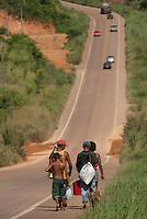 Aureni Ferreira Soares 37 anos e 3 de seus oito filhos percorrem uma distância de 18 km de Marabá e a vila Tibiriçá toda semana para trabalhar como braçal na agricultura pela Transamazônica. ALPA - Aços Laminados do Pará(Vale). De acordo com o SIMINERAL - Sindicato das Indústrias Minerais do Estado do Pará, A siderúrgica é uma das empresas que irá alavancar parte investimentos previstos em cerca de U$ 40 bilhões pelas indústrias minerais até 2014Marabá, Pará, Brasil.Foto Paulo Santos/Interfoto
