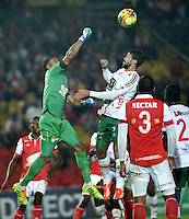BOGOTA- COLOMBIA -04 -02-2014: Robinson Zapata (Izq.) jugador de Independiente Santa Fe disputa el balón con Maximiliano Brito (Der.) jugador de Patriotas FC en durante partido de la tercera fecha de la Liga Postobon I 2014, jugado en el Nemesio Camacho El Campin de la ciudad de Bogota. / Robinson Zapata (L) player of Independiente Santa Fe vies for the ball with Maximiliano Brito Bolaños (R) player of Patriotas FC during a match for the thrid date of the Liga Postobon I 2014 at the Nemesio Camacho El Campin Stadium in Bogoto city. Photo: VizzorImage  / Luis Ramirez / Staff