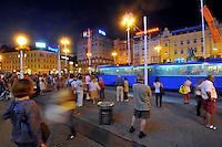 KROATIEN, 09.2012, Zagreb. Strassenbahnhaltestell bei Nacht im Zentrum. Pedestrians wait a tram  at night in the centre. © Oliver Bunic/EST&OST