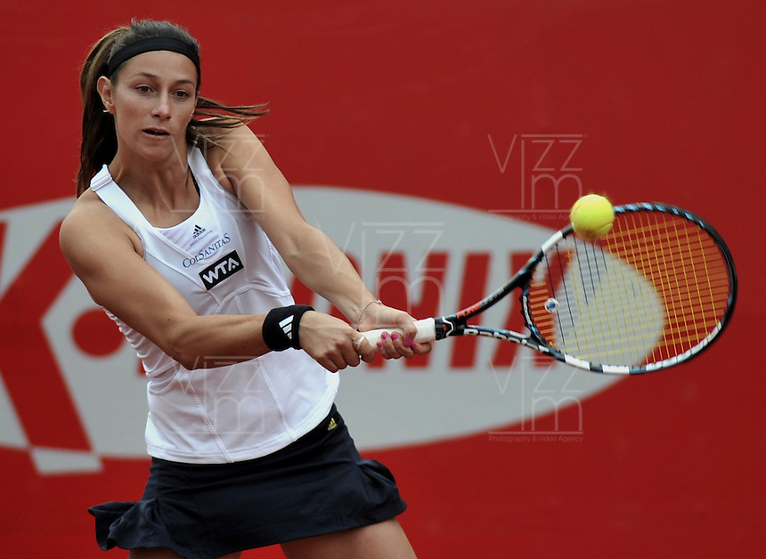 BOGOTA - COLOMBIA - FEBRERO 21-02-2013: Mariana Duque de Colombia, devuelve la bola a Jelena Jankovic de Serbia, durante partido por la Copa de Tenis WTA Bogotá, febrero 19 de 2013. (Foto: VizzorImage / Luis Ramírez / Staff). Mariana Duque from Colombia, returns the ball to Jelena Jankovic from Serbia, during a match for the WTA Bogota Tennis Cup, on February 21, 2013, in Bogota, Colombia. (Photo: VizzorImage / Luis Ramirez / Staff) ...