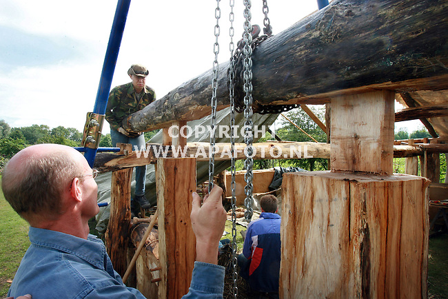 Zutphen, 110806<br /> Reconstructie middeleeuwse boerderij op de Kaardebol. Een balk wordt getakeld op een pen-gat verbinding.<br /> <br /> Foto: Sjef Prins - APA Foto