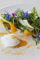 Europe/France/Provence-Alpes-Côte d'Azur/06/Alpes-Maritimes/Grasse: Salade folle d'asperges sauvages, herbes et fleurs du jardin, oeuf poché et agrume recette d' Emmanuel Ruz , restaurant Lou Fassum  //    Europe, France, Provence-Alpes-Côte d'Azur, Alpes-Maritimes, Grasse:  salad of wild asparagus, herbs and flowers from the garden, poached egg and citrus , recipe Emmanuel Ruz , restaurant Lou Fassum