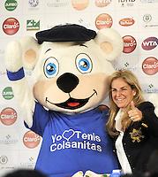 BOGOTA COLOMBIA-11-03-2014: Arantxa Sanchez, tenista Española ex numero uno del mundo con la mascota de Colsanitas durante la presentación de la Copa Claro Open Colsanitas de tenis, que se realizara en las canchas del Club Campestre El Rancho en la ciudad de Bogota del 5 al 13 de abril de 2014. / Arantxa Sanchez, Spanish former tennis world number one with mascot of Colsanitas during the presentation of the Copa Open Claro Colsanitas of Tennis Championships, to be held in the courts of the Club Campestre El Rancho in Bogota city, from 5 to April 13, 2014. (Photo: VizzorImage / Luis Ramirez / Staff.)
