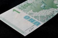 Novembre 2011, la lega nord torna all'opposizione. E Bossi ,con il suo dito medio, dichiara che la Lega potrebbe emettere proprie banconote . Tutto già visto, anche il Renzo-Trota