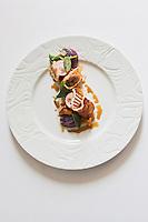 Europe/France/Bretagne/56/Morbihan/Saint-Avé: Epigramme de lapin fermier en pissaladière, jus de rôti à la sauge, fine polenta au parmesan et légumes en condiments, recette de Vincent David du restaurant: Le Pressoir