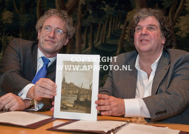 Nijmegen, 190209<br /> Schrijver A.F.Th. van der Heijden toont samen met Burgermeester Thom de Graaf de cover en de titel van het boek 'de ochtendgave' wat hij gaat schrijven voor Nijmegen. <br /> Foto: Sjef Prins- APA Foto