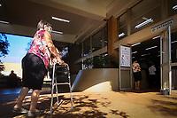 Campinas (SP), 22/02/2021 - Covid-SP - Movimentação na entrada do ospital de Clinicas da Unicamp em Campinas, interior de São Paulo, na manhã desta segunda-feira (22). A cidade atingiu lotação máxima de leitos de UTI-Covid no sistema público de saúde. A taxa inclui leitos da rede pública municipal e estadual. De acordo com a Prefeitura, os pacientes da rede pública que necessitam de um acomodamento em UTI estão aguardando transferência pela Cross (Central de Regulação de Oferta de Serviços de Saúde) do Estado de São Paulo.