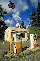 GLADWIN MOTEL AND ABANDONED GAS STATION ON TRANS CANADA HIGHWAY (HIGHWAY 1) NORTH OF LYTTON ON THE THOMPSON RIVER. TRANSPORTATION, HISTORY, AUTOMOBILE, FOSSIL FUELS, ACCOMMODATION. BRITISH COLUMBIA CANADA CARIBOU REGION.