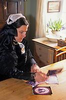 Europe/France/Bretagne/29/Finistère/Ile d'Ouessant/Lampaul: Carole Towsend en costume ouessantin [Non destiné à un usage publicitaire - Not intended for an advertising use]