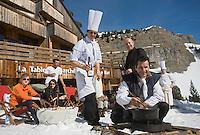Europe/France/Rhône-Alpes/74/Haute Savoie/Avoriaz:  Christophe Leroy Chef du restaurant: La Table du Marché de l'Hotel : Les Dromonts   prépare la fondue savoyarde  [Non destiné à un usage publicitaire - Not intended for an advertising use]