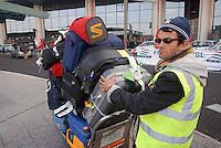 - airport of Milan Malpensa, luggage transport crew  ....- aeroporto di Milano Malpensa, addetto al trasporto dei bagagli