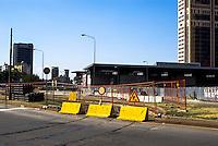Milano, cantiere in zona Garibaldi - Porta Nuova. Barriere di delimitazione jersey in cemento, di colore giallo, sulle rotaie del tram --- Milan, road works in Garibaldi - Porta Nuova area. Yellow jersey cement delimitation barriers on the tram rails