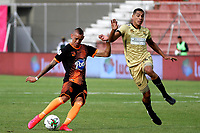 RIONEGRO-COLOMBIA, 01-03-2020: Oscar Hernandez de Rionegro Aguilas Doradas y Carlos Teran de Envigado F.C., disputan el balon durante partido de la fecha 7 entre Rionegro Aguilas Doradas y Envigado F.C., por la Liga BetPlay DIMAYOR I 2020, jugado en el estadio Alberto Giraldo de la ciudad de Rionegro. / Oscar Hernandez of Rionegro Aguilas Doradas and Carlos Teran of Envigado F.C. figth for the ball, during a match of the 7th date between Rionegro Aguilas Doradas and Envigado F.C., for the Liga BetPlay DIMAYOR I 2020, played at Alberto Giraldo stadium in Rionegro city. / Photo: VizzorImage / Juan Cardona / Cont.