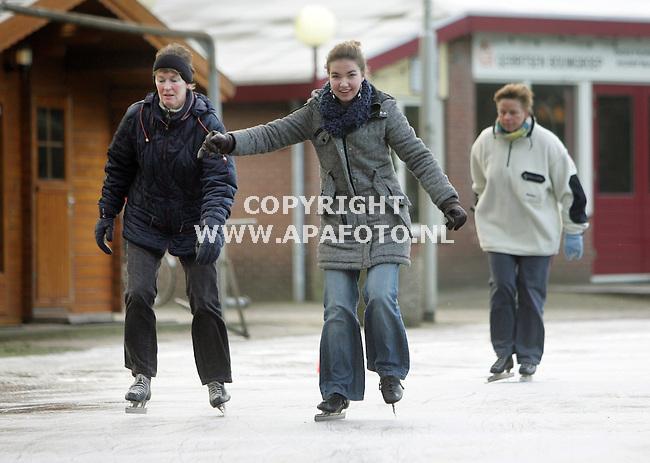 Oosterbeek, 250107<br /> De Oosterbeekse IJsvereniging heeft onder druk van enthousiaste schaatsers vanmorgen de natuurijsbaan op het sportpark Hartensteijn opengesteld voor publiek. Tientallen ijsliefhebbers bewogen , de een wat sneller dan de ander, over het dunne breekbare laagje ijs. Zo ook deze flitsende bejaarde man. Om 12.00 uur ging de baan dicht vanwege een te hoge temperatuur. <br /> Foto: Sjef Prins - APA Foto