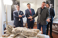 """Die Skulpturensammlung und das Museum fuer Byzantinische Kunst der Staatlichen Museen zu Berlin restaurieren derzeit 59 Kunstwerke, von denen viele im Zweiten Weltkrieg in den Flakbunker Friedrichshain ausgelagert wurden und dort schwere Schaeden durch zwei verheerende Braende erlitten haben. Unter den Skulpturen und Reliefs der Renaissance-Zeit finden sich u.a. Meisterwerke wie Donatellos """"Madonna mit vier Cherubim"""" (um 1440) und Tullio Lombardos Schildtraeger (Ende 15. Jh.).<br /> Dank der grosszuegigen Foerderung der Ernst von Siemens Kunststiftung konnte 2017 ein umfassendes Restaurierungs- und Forschungsprojekt fuer die Bestaende des Bode-Museums gestartet werden, die von den Spuren der Braende und ihrer dramatischen Geschichte in und nach dem Krieg gezeichnet sind. Im Rahmen der Initiative KUNST AUF LAGER werden adaequate Restaurierungs- und Ergaenzungsmassnahmen erarbeitet und durchgefuehrt – mit dem Ziel, viele dieser Hauptwerke nach mehr als 70 Jahren wieder der Oeffentlichkeit praesentieren zu koennen.<br /> Im Bild: Teile der Skulpturen """"Schildtrager"""" von Tullio Lombardo.<br /> Paul Hofmann, Leiter Restaurierung der Skulpturensammlung und Museum fuer Byzantinische Kunst spricht ueber die Wiederherstellung der Skulpturen.<br /> 1.vl.: Martin Hoernes, Generalsekretaer der Ernst von Siemens Kunststiftung; 2.vl: Julien Chapuis, Leiter der Skulpturensammlung und Museum fuer Byzantinische Kunst – Staatliche Museen zu Berlin; 1.vr: Neville Rowley, Kurator fuer italienische Kunst vor 1500 an der Gemaeldegalerie und Skulpturensammlung.<br /> 10.4.2018, Berlin<br /> Copyright: Christian-Ditsch.de<br /> [Inhaltsveraendernde Manipulation des Fotos nur nach ausdruecklicher Genehmigung des Fotografen. Vereinbarungen ueber Abtretung von Persoenlichkeitsrechten/Model Release der abgebildeten Person/Personen liegen nicht vor. NO MODEL RELEASE! Nur fuer Redaktionelle Zwecke. Don't publish without copyright Christian-Ditsch.de, Veroeffentlichung nur mit Fotografennennung, s"""