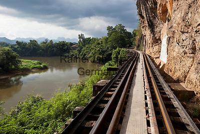 Thailand, Kanchanaburi Province, Kanchanaburi: Death Railway at Thamkra Sae Station   Thailand, Kanchanaburi Provinz, Kanchanaburi: Strecke der Thailand-Burma-Eisenbahn -umgangssprachlich Todeseisenbahn - ueber das Tham Kra Sae Viadukt