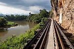 Thailand, Kanchanaburi Province, Kanchanaburi: Death Railway at Thamkra Sae Station | Thailand, Kanchanaburi Provinz, Kanchanaburi: Strecke der Thailand-Burma-Eisenbahn -umgangssprachlich Todeseisenbahn - ueber das Tham Kra Sae Viadukt