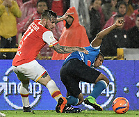 BOGOTÁ -COLOMBIA, 25-03-2017. Jonathan Gomez (Izq.) jugador de Santa Fe disputa el balón con Harold Mosquera (Der.) jugador del Millonarios durante el encuentro de vuelta entre Independiente Santa Fe y Millonarios partido aplazado por la fecha 2 de la Liga Aguila I 2017 jugado en el estadio Nemesio Camacho El Campin de la ciudad de Bogota. / Jonathan Gomez (L) player of Santa Fe struggles for the ball with Harold Mosquera (R) player of Millonarios during postponed match between Independiente Santa Fe and Millonarios for date 2 of the Aguila League I 2017 played at the Nemesio Camacho El Campin Stadium in Bogota city. Photo: VizzorImage/ Gabriel Aponte / Staff