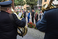 Gedenken anlaesslich 56. Jahrestag des Mauerbau in Berlin.<br /> Am Sonntag den 13. August 2017 gedachten Politiker des Berliner Abgeordnetenhaus und des Bundestag in der Berliner Zimmerstrasse des ersten Mauertoten Peter Fechter. Fechter wurde bei seinem Fluchtversuch am 17. August 1962 an dieser Stelle 22jaehrig von den DDR-Grenzsoldaten Rolf F. (damals 26 Jahre), Erich S. (damals 20 Jahre) in den Ruecken geschossen und verblutete. Er lag fast eine Stunde im Sterben, weder die DDR-Grenzer, noch Westberliner griffen ein.<br /> In der Bildmitte: Klaus Lederer, stellv. Buergermeister von Berlin und Senator fuer Kultur und Europa. Links von Lederer mit blauem Hosenanzug, die Verlegerin Elfriede Springer. Links neben Elfriede Springer: Ralf Wieland, Praesident des Berliner Abgeordnetenhauses.<br /> 13.8.2017, Berlin<br /> Copyright: Christian-Ditsch.de<br /> [Inhaltsveraendernde Manipulation des Fotos nur nach ausdruecklicher Genehmigung des Fotografen. Vereinbarungen ueber Abtretung von Persoenlichkeitsrechten/Model Release der abgebildeten Person/Personen liegen nicht vor. NO MODEL RELEASE! Nur fuer Redaktionelle Zwecke. Don't publish without copyright Christian-Ditsch.de, Veroeffentlichung nur mit Fotografennennung, sowie gegen Honorar, MwSt. und Beleg. Konto: I N G - D i B a, IBAN DE58500105175400192269, BIC INGDDEFFXXX, Kontakt: post@christian-ditsch.de<br /> Bei der Bearbeitung der Dateiinformationen darf die Urheberkennzeichnung in den EXIF- und  IPTC-Daten nicht entfernt werden, diese sind in digitalen Medien nach §95c UrhG rechtlich geschuetzt. Der Urhebervermerk wird gemaess §13 UrhG verlangt.]