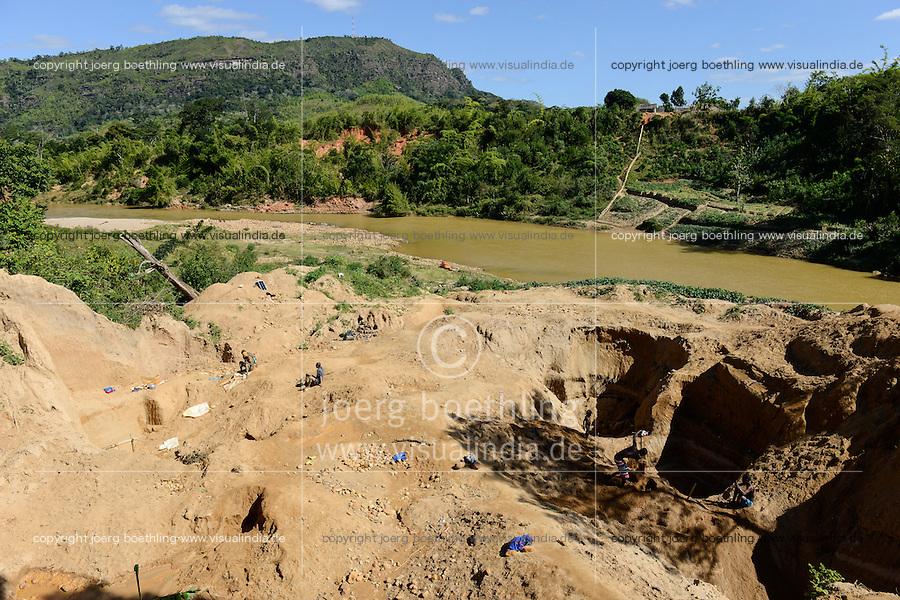 MADAGASCAR, region Manajary, town Vohilava, small scale gold mining / MADAGASKAR Mananjary, Vohilava, kleingewerblicher Goldabbau