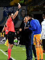 BOGOTÁ - COLOMBIA, 19-08-2018: Wilmar Roldán (Izq.), arbitro, muestra tarjeta amarilla a Ramiro Sánchez (Der.), jugador de Millonarios, durante partido de la fecha 5 entre Millonarios y Deportivo Cali, por la Liga Aguila II-2018, jugado en el estadio Nemesio Camacho El Campin de la ciudad de Bogota. / Wilmar Roldan (L), referee, shows yellow card to Ramiro Sanchez (L) player of Millonarios, during a match of the 5th date between Millonarios and Deportivo Cali, for the Liga Aguila II-2018 played at the Nemesio Camacho El Campin Stadium in Bogota city, Photo: VizzorImage / Luis Ramirez / Staff.