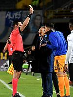 BOGOTÁ - COLOMBIA, 19-08-2018: Wilmar Roldán (Izq.), arbitro, muestra tarjeta amarilla a Ramiro Sánchez (Der.), jugador de Millonarios, durante partido de la fecha 5 entre Millonarios y Deportivo Cali, por la Liga Aguila II-2018, jugado en el estadio Nemesio Camacho El Campin de la ciudad de Bogota. / Wilmar Roldan (L), referee, shows yellow card to Ramiro Sanchez (L) player of Millonarios, during a match of the 5th date between Millonarios and Deportivo Cali, for the Liga Aguila II-2018 played at the Nemesio Camacho El Campin Stadium in Bogota city, Photo: VizzorImage / Luis Ramirez / Staff.