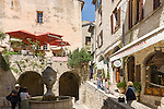 France, Provence-Alpes-Côte d'Azur, Saint-Paul de Vence: Grande Fontaine in Rue Grande, medieval town residence of many artists and artisans, Marc Chagall lived here for 20 years, he is buried at the local cemetery | Frankreich, Provence-Alpes-Côte d'Azur, Saint-Paul de Vence: Grande Fontaine in der Rue Grande, viele Touristen besuchen dieses mittelalterliche Staedtchen, in dem viele Kuenstler und Kunsthandwerker leben, auch Marc Chagall lebte hier 20 Jahre lang, sein Grab befindet sich auf dem hiesigen Friedhof