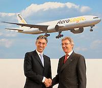 Pressekonferenz und Eröffnungszeremonie der Zusammenarbeit von DHL und Lufthansa Cargo als AeroLogic - Luftfracht Air Cargo Post - mit 8 Boeing 777 (B777F) wird begonnen -  im Bild: Frank Appel ( DHL Deutsche Post) und Wolfgang Mayrhuber (Deutsche Lufthansa) (rechts). Foto: Norman Rembarz..