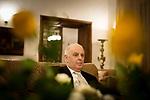 Daniel Barenboim, argentinisch-israelisch-spanisch-palaestinensischer Pianist und Dirigent [hier: in seiner Villa in Berlin-Dahlem], kuenstlerischer Leiter und Generalmusikdirektor der Staatsoper Berlin, Leiter des West-Eastern Divan Orchester, Portrait, Einzelportrait, Musik, Kultur, Klassik, klassische Musik, Europa, Deutschland, Berlin, 17.11.2013<br /> <br /> <br /> <br /> <br />  *** veroeffentlicht in DIE ZEIT am 28.11.2013 *** bis 28.02.2014 bitte folgenden Credit verwenden: Gordon Welters/Die Zeit/laif ***<br /> <br /> Engl.: Europe, Germany, Berlin, Daniel Barenboim, at his villa in Berlin-Dahlem, Argentine-Israeli-Spanish-Palestinian pianist and conductor, musical director of the Berlin State Opera, director of the West-Eastern Divan Orchestra, portrait, music, culture, classical music, 17 November 2013