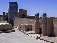 Minarett Kalta Minor, Eingang der Festung, Xiva, Usbekistan, Asien, UNESCO-Weltkulturerbe<br /> Minaret Kalta Minor, entrance of fortress, historic city Ichan Qala, Chiwa, Uzbekistan, Asia, UNESCO heritage site