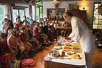 Europe/France/Aquitaine/64/Pyrénées-Atlantiques/Bidart:Préparation du Gateau Basque au Moullin de Bassilour devant les enfants d'une colonie de vacances