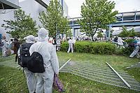 """Klimacamp """"Ende Gelaende"""" bei Proschim in der brandenburgischen Lausitz.<br /> Mehrere tausend Klimaaktivisten  aus Europa wollen zwischen dem 13. Mai und dem 16. Mai 2016 mit Aktionen den Braunkohletagebau blockieren um gegen die Nutzung fossiler Energie zu protestieren.<br /> Mehrere hundert Aktivisten stuermten am Nachmittag des 14. Mai das Gelaende des Kraftwerk Schwarze Pumpe. Die Polizei kam nach ca. 20 Minuten auf das Werksgaende und die Aktitivisten vierliessen das Gelaende wieder. Ca. 60 Personen wurden danach von der Polizei festgenommen.<br /> Im Bild: Aktivisten auf dem Kraftwerksgelaende versuchen in ein Gebaeude zu gelangen.<br /> 14.5.2016, Schwarze Pumpe/Brandenburg<br /> Copyright: Christian-Ditsch.de<br /> [Inhaltsveraendernde Manipulation des Fotos nur nach ausdruecklicher Genehmigung des Fotografen. Vereinbarungen ueber Abtretung von Persoenlichkeitsrechten/Model Release der abgebildeten Person/Personen liegen nicht vor. NO MODEL RELEASE! Nur fuer Redaktionelle Zwecke. Don't publish without copyright Christian-Ditsch.de, Veroeffentlichung nur mit Fotografennennung, sowie gegen Honorar, MwSt. und Beleg. Konto: I N G - D i B a, IBAN DE58500105175400192269, BIC INGDDEFFXXX, Kontakt: post@christian-ditsch.de<br /> Bei der Bearbeitung der Dateiinformationen darf die Urheberkennzeichnung in den EXIF- und  IPTC-Daten nicht entfernt werden, diese sind in digitalen Medien nach §95c UrhG rechtlich geschuetzt. Der Urhebervermerk wird gemaess §13 UrhG verlangt.]"""