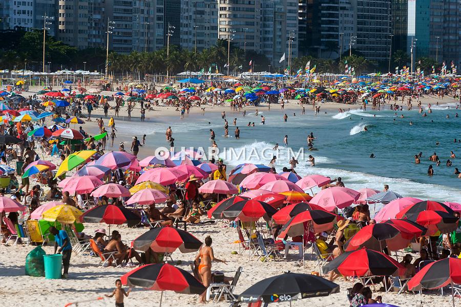 Praia de Copacabana lotada durante a pandemia do Covid, Copacabana. Rio de Janeiro. 2021. Foto Luciana Whitaker.