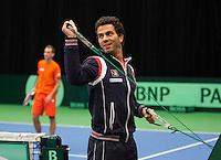 07-02-12, Netherlands,Tennis, Den Bosch, Daviscup Netherlands-Finland, Training, Terwijl Thiemo de Bakker op de achtergrond een partij speelt begint Jean Julian Rojer met de warming up