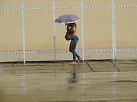 Recife - PE, 23/03/2021 - Clima-Recife - Pedestres enfrentam chuva na manhã desta terça-feira (23) no centro do Recife (PE).