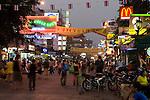 Thailand, Central Thailand, Bangkok: Khao San Road. Famous back-packers street lined with bars and restaurants | Thailand, Zentralthailand, Bangkok: Khao San Road, bei Rucksack-Reisenden bekannte Strasse mit vielen Bars und Restaurants