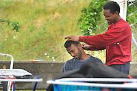 giovani somali nel centro per asilanti, richiedenti asilo politico,in un ex bunker a Biasca, Canton Ticino, Svizzera. Alla televisione di Al Jazeera Barack Obama