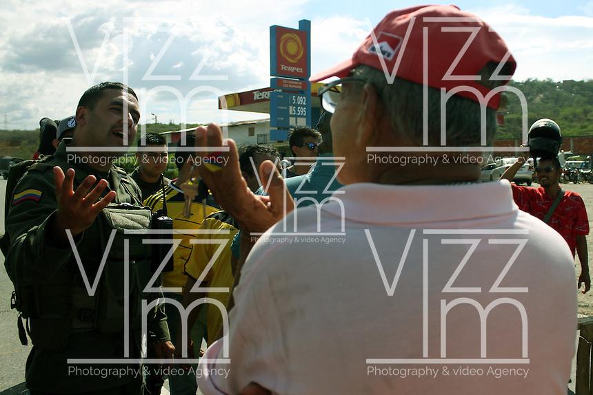 CUCUTA – COLOMBIA – 26-08-2015: Especulación con el suministro de gasolina se presenta en Cúcuta. Hoy se cumple el sexto día del cierre de la frontera Colombo Venezolana ordenado por Nicolas Maduro, Presidente de Venezuela, medida que el mandatario sólo revocará cuando la situación de orden público se normalice en el sector fronterizo  del estado del Tachira (VEN) y el departamento de Norte de Santander (COL) / Nicolas Maduro President of Venezuela, ordered the closure of the border of his country, with Colombia. / Especulation with the gasoline supply in Cucuta. Today is the sixth day of the border clousure between Colombia and Venezuela ordered by Venezuelan President, Nicolas Maduro; measure that president will revoke when the public order is restored in the border place of the state of Tachira (VEN) and department of Norte de Santander (COL). Photo: VizzorImage / Manuel Hernandez /