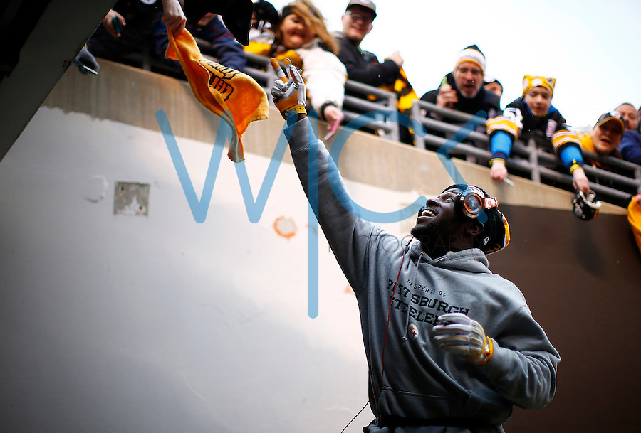 Antonio Brown #84 of the Pittsburgh Steelers signs autographs for fans prior to the game against the Cleveland Browns at FirstEnergy Stadium on January 3, 2016 in Cleveland, Ohio. (Photo by Jared Wickerham/DKPittsburghSports)