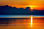 Deutschland, Bayern, Chiemgau, Chieming am Chiemsee: Sonnenuntergang hinter den Chiemgauer Alpen, links der Gipfel Wendelstein mit der Sendeantenne des BR | Germany, Bavaria, Chiemgau, Chieming at Lake Chiemsee: sunset behind the Chiemgau Alps, summit Wendelstein (left)