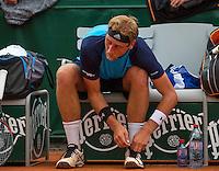 Paris, France, 24 June, 2016, Tennis, Roland Garros,  Thiemo de Bakker (NED) tying his shoes during changeover<br /> Photo: Henk Koster/tennisimages.com