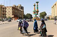BURKINA FASO, Ouagadougou, Verkehrsinsel mit Skulptur des Fespaco Filmfestival