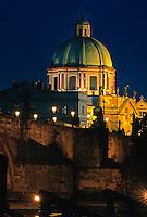 Karlsbrücke (Karlov Most), Kreuzherrenkirche, Prag, Tschechien, Unesco-Weltkulturerbe