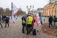 """Sogenannten """"Querdenker"""" sowie verschiedene rechte und rechtsextreme Gruppen hatten fuer den 18. November 2020 zu einer Blockade des Bundestag aufgerufen. Sie wollten damit verhindern, dass es eine Abstimmung ueber das Infektionsschutzgesetz gibt.<br /> Es sollen sich ca. 7.000 Menschen versammelt haben. Sie wurden durch Polizeiabsperrungen daran gehindert zum Reichstagsgebaeude zu gelangen. Sie versammelten sich daraufhin u.a. vor dem Brandenburger Tor.<br /> Im Bild: Anhaenger der rechten Verschwoerungssekte Q-Anon.<br /> 18.11.2020, Berlin<br /> Copyright: Christian-Ditsch.de"""