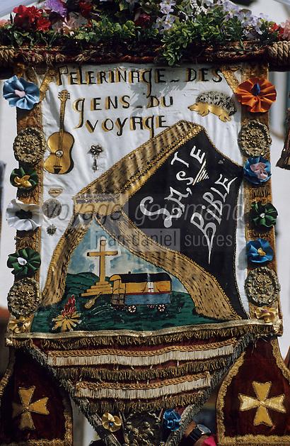 """Europe/France/Provence-Alpes-Côte d'Azur/13/Bouches-du-Rhône/Camargue/Les Saintes-Maries-de-la-Mer : Fête des gitans - Pélerinage des gitans - Procession Sainte-Sara - Fanion """"Sainte-Bible"""""""