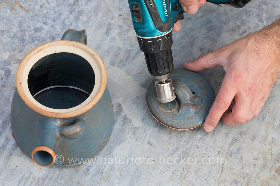 Eine Teekanne wird umgebaut zum Nistkasten, Vogelnistkasten, Meisenkasten, Deko, Dekoration. Mit einen Lochbohrer wird das Einflugloch in den Deckel der Kanne gebohrt. Upcycling, Bastelei.