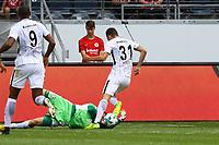 Torwart Marco Aulbach (FSV Frankfurt) nimmt Branimir Hrgota (Eintracht Frankfurt) den Ball vom Fuß - 06.08.2017: Eintracht Frankfurt vs. FSV Frankfurt, Saisoneröffnung, Commerzbank Arena